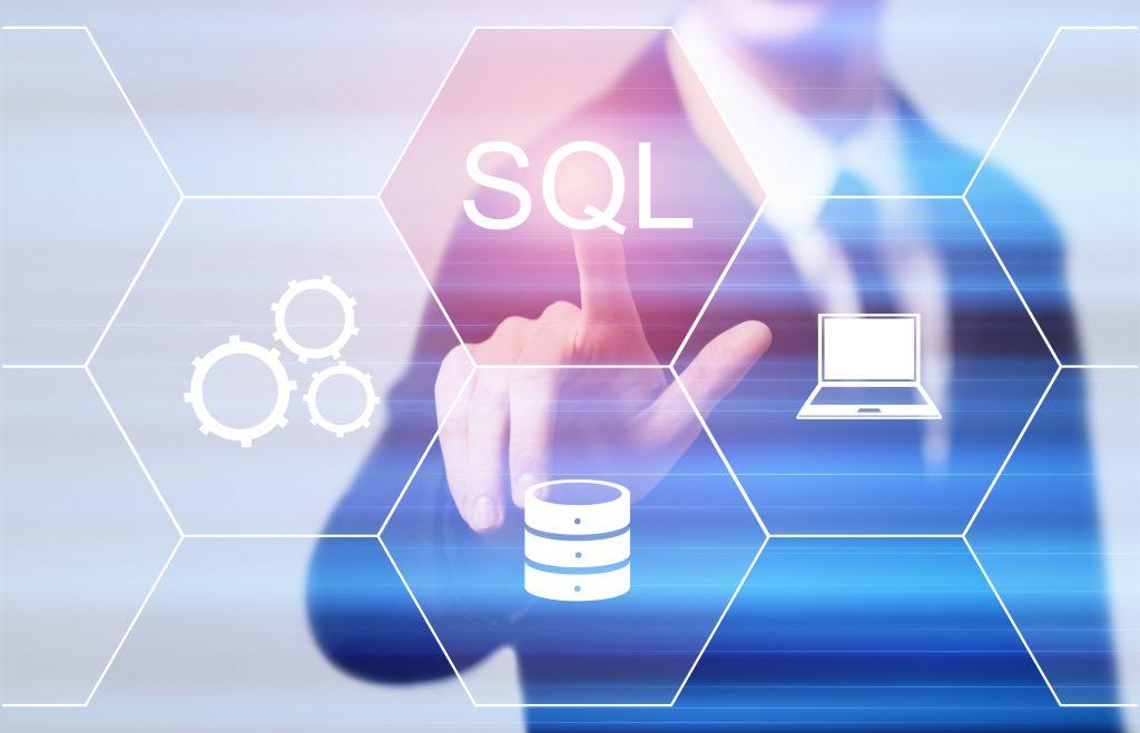 Geschäftsmann drückt auf eine SQL-Schaltfläche.